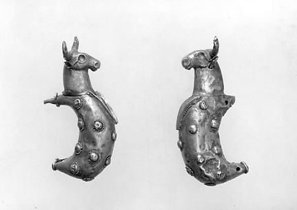 Crescent-shaped earrings with bulls' heads