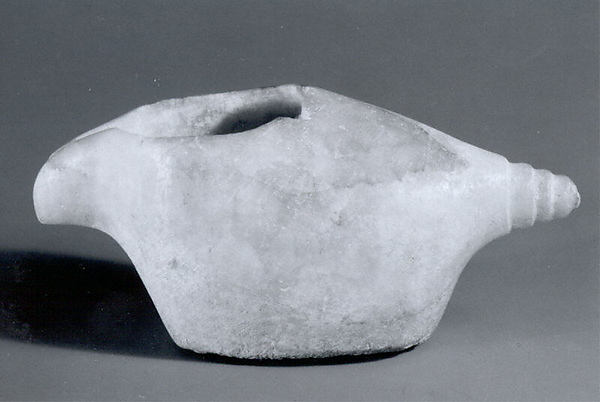 Spouted bowl in the shape of a conch shell