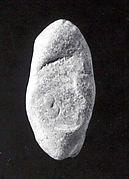 Almond-shaped sealing with three circular seal impressions