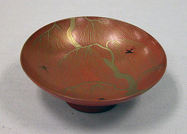 柳燕蒔絵盃<br/>One of a Pair of Wine Cups (Sakazuki) with Willow and Swallows