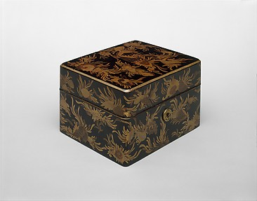 Box with Design of Shells and Seaweed