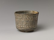Tea bowl with decoration of chrysanthemums and wavy lines