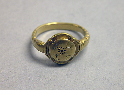 Ring with Scalloped-edge Bezel Simulating Lotus Pod