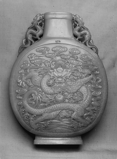 清中期 白玉龍紋寶月瓶<br/>Vase in the shape of a pilgrim flask