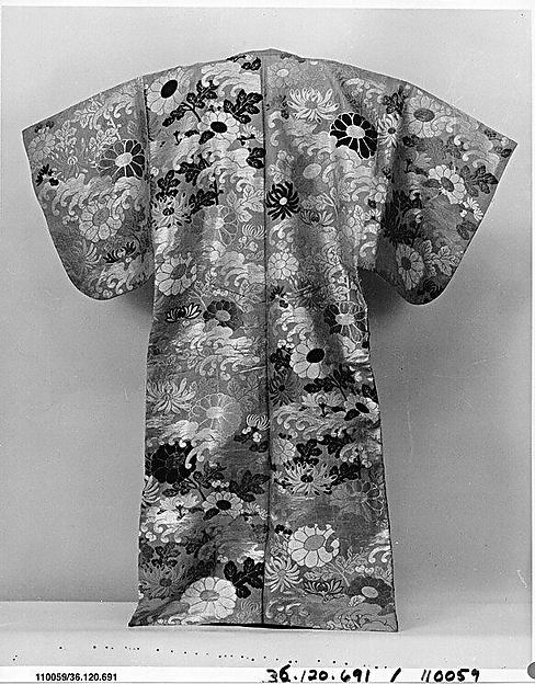 紅地波菊模様唐織<br/>Noh Costume (Karaori) with Chrysanthemums and Waves