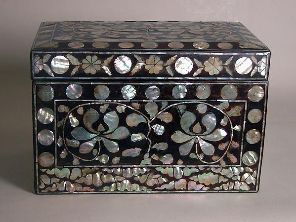 나전 칠 연꽃 넝쿨 무늬 상자 조선<br/>螺鈿漆蓮花唐草文箱子 朝鮮  <br/>Box with decoration of lotus scrolls