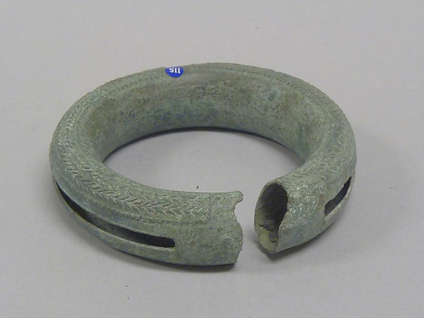 Hollow Bangle with Pellets and Decoration
