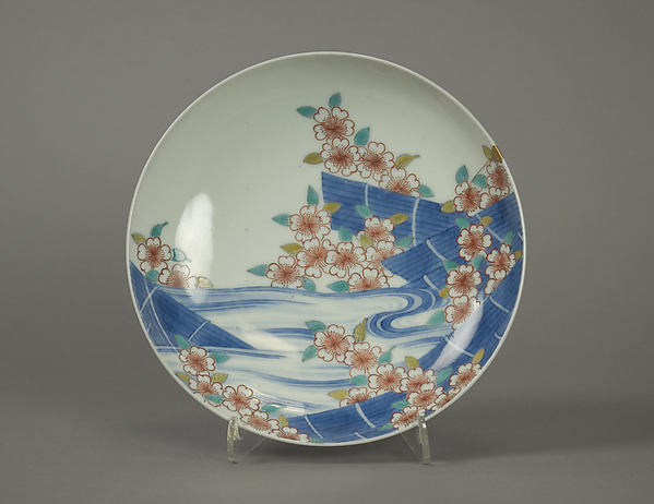 色絵桜筏文皿<br/>Dish with Cherry Blossom Rafts