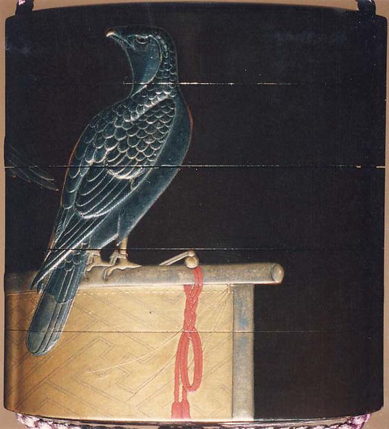 古満巨柳作 鷹蒔絵印籠<br/>Inrō with Hawks on Perches