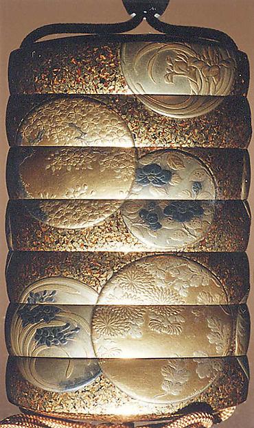 花丸紋散蒔絵印籠<br/>Inrō with Flower Roundels
