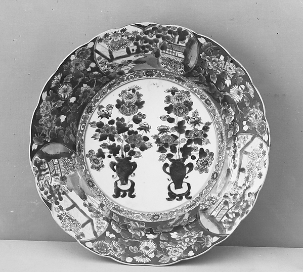 色絵牡丹菊風景文大皿<br/>Large Dish with Flower Vases and Landscapes in Cartouches