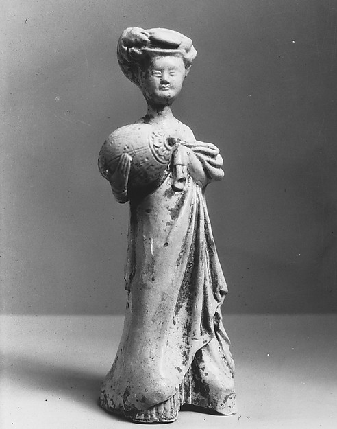 隋 青釉加彩陶抱枕女俑<br/>Female Attendant Carrying a Pillow