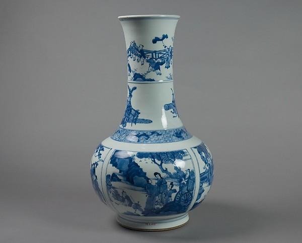 清康熙 景德鎮窯青花西廂記故事圖長頸瓶<br/>Vase with scenes from Romance of the West Chamber