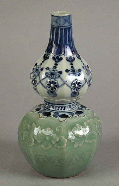 Gourd-shaped Bottle with Jewel String and Molded Floral Design