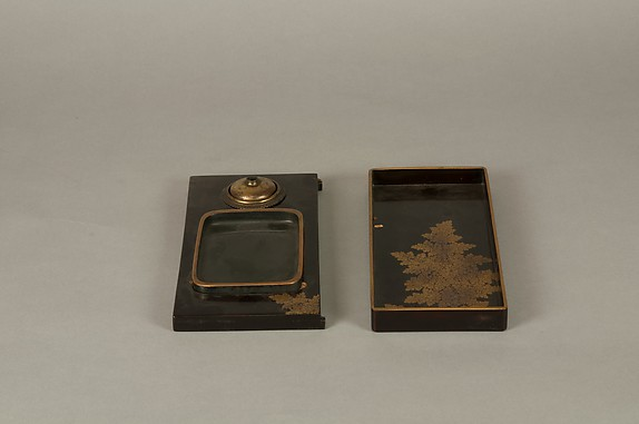 江戸時代 月梅枝蒔絵螺鈿硯箱  <br/>Writing Box with Design of Plum Blossoms and Moon