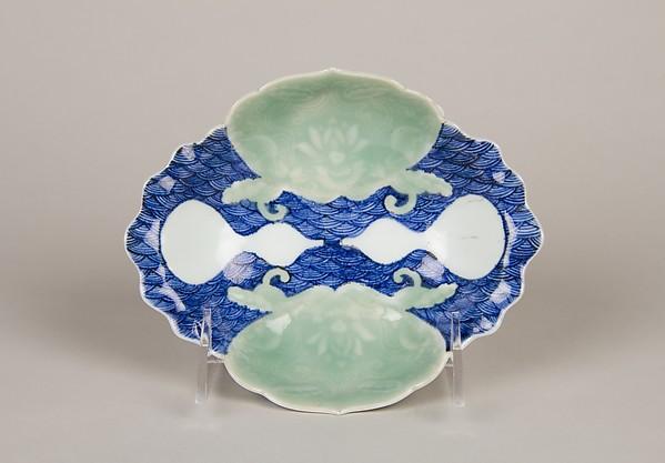 青磁染付瓢文変形小皿 <br/>Small Dish with Waves, Shells, and Gourds