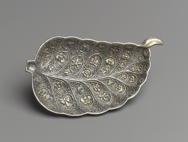 唐 鎏金葉形銀盤<br/>Dish in the Shape of a Leaf