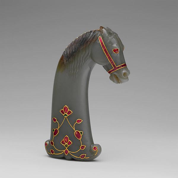 莫臥兒王朝 鑲金嵌寶馬頭形玉劍柄<br/>Sword handle in the shape of a horse's head