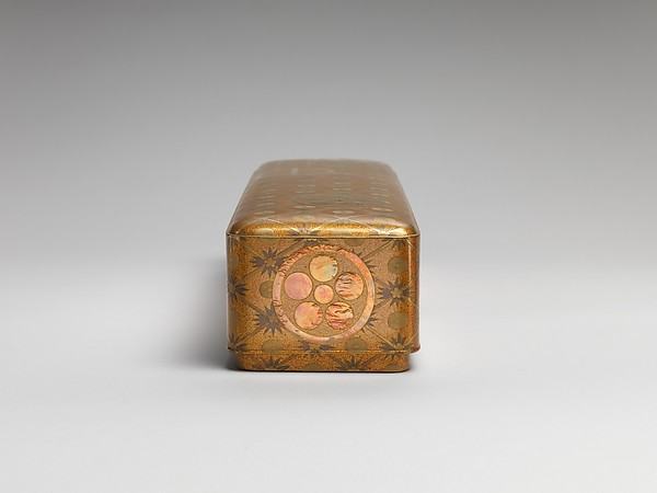 松竹梅家紋散し蒔絵文箱<br/>Letter Box with Pine, Bamboo, Plum Blossom, and Family Crests