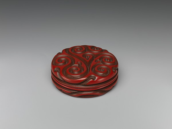 元 剔红香草紋盒<br/>Incense Box with Fragrant Grass Design