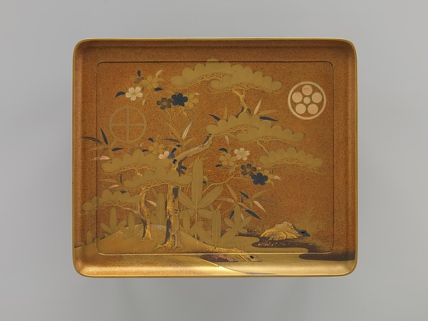松竹桜家紋蒔絵櫛台<br/>Cosmetic Stand with Pine, Bamboo, and Cherry Blossom from a Wedding Set
