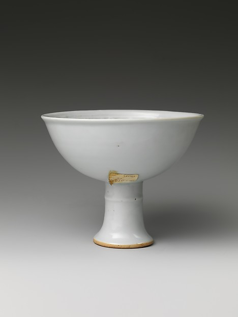 高足杯<br/>Stem Cup with Chrysanthemum Scroll
