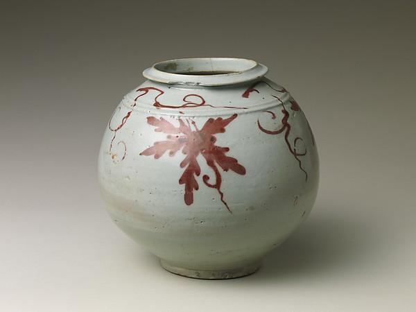 백자 동화 포도 무늬 항아리 조선  <br/>白磁銅畫葡萄文壺 朝鮮<br/>Jar with decoration of grapevine
