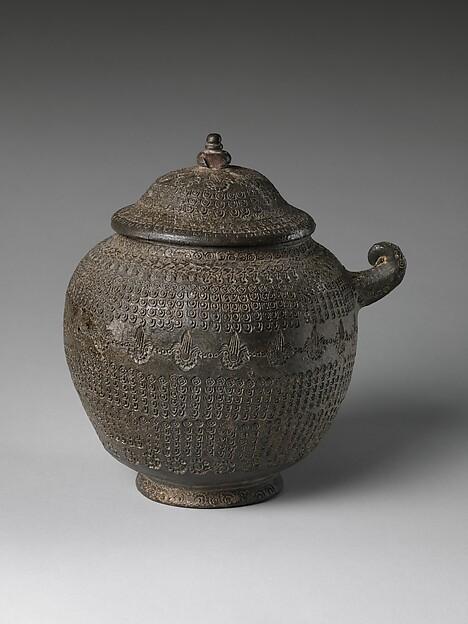 손잡이 달린 인화 무늬 합 통일신라  <br/>把手有蓋印花文盒 統一新羅<br/>Covered urn with geometric decoration