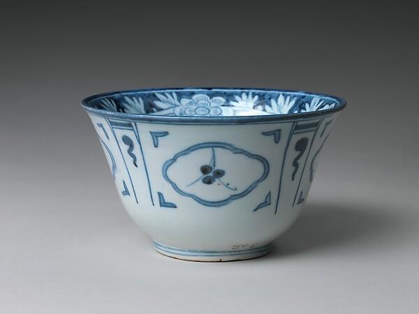 백자 청화 꽃 무늬 대접 조선  <br/>白磁靑畫花文大楪 朝鮮<br/>Bowl with floral and abstract design