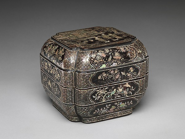 明早期 黑漆嵌螺鈿人物花鳥紋撞盒<br/>Tiered Box with Figural Scenes, Flowers, and Birds
