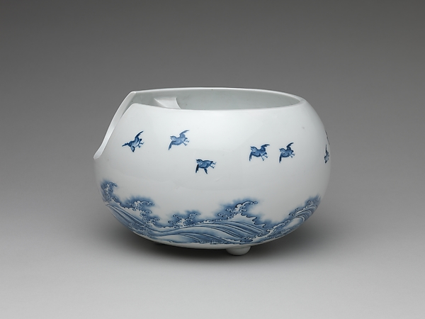 波に飛鳥文急須と火鉢 平戸焼<br/>Teapot and Brazier with Design of Birds Flying over Waves