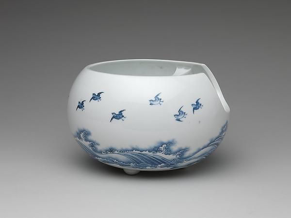 波に飛鳥文急須と火鉢 平戸焼<br/>Teapot and Brazier with Design of Birds Flying over Waves