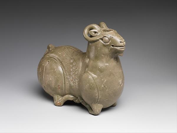 六朝 越窯青瓷臥羊<br/>Vessel in the shape of a kneeling ram