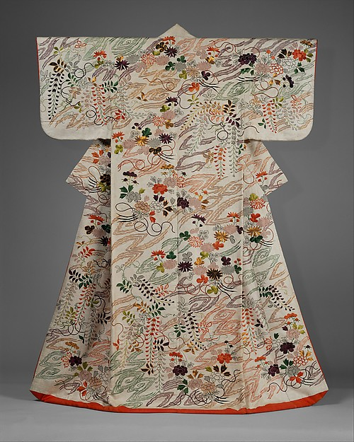 白綸子地菊藤花束雲模様打掛<br/>Outer Robe (Uchikake) with Chrysanthemum and Wisteria Bouquets