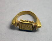 "Stirrup-shaped Ring with Rectangular Bezel with ""Sri"""