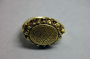 Stirrup-shaped Ring with Oval Bezel with Diaper Design