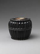 元 黑漆鑲錫邊嵌螺鈿菱花形盒<br/>Lobed Box