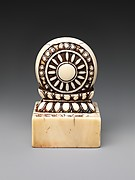 Seal with knob in the shape of a wheel