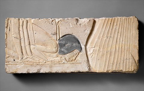Two bowing courtiers behind Nefertiti