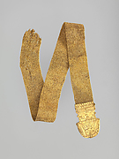 Gold strap chain with one terminal preserved, the latter decorated in filagree with the scene of an offering royal sphinx in an Egyptian shrine above a lotiform design