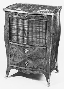 Bombé-sided commode (Table de chevet)
