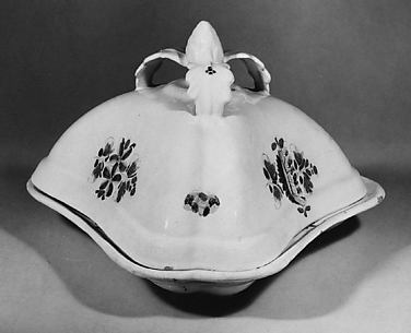 Three-sided serving dish with cover
