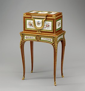 Jewel coffer on stand (petit coffre à bijoux)