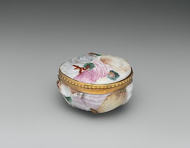 Shell-shaped snuffbox