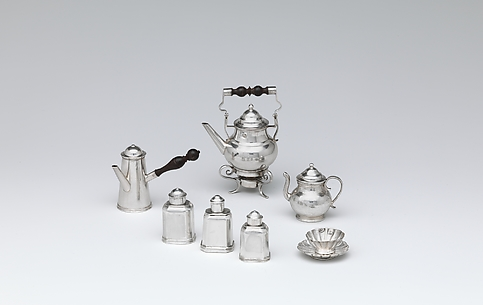 Miniature kettle with cover, stand, and lamp