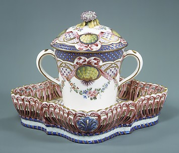 Cup with cover and tray (Gobelet à lait et corbeille carré)