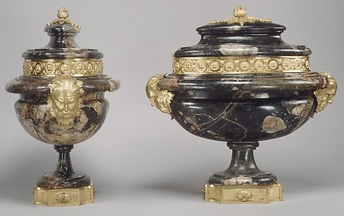 Pair of urns with covers