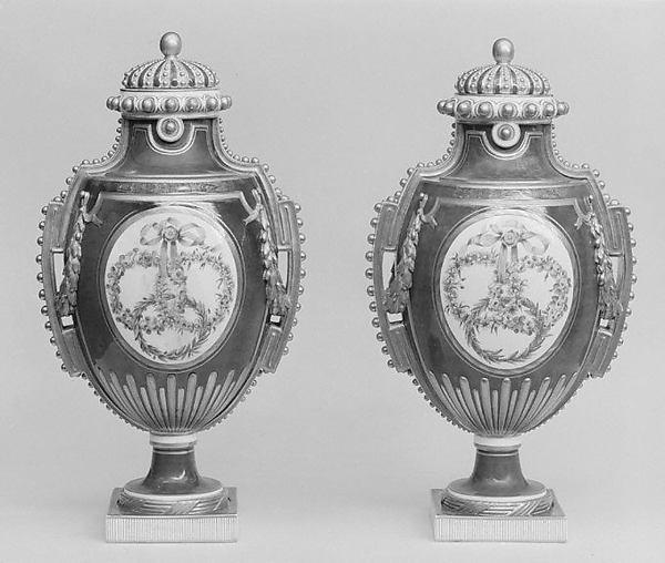 Vase (Vase à panneaux or à perles) (one of a pair)