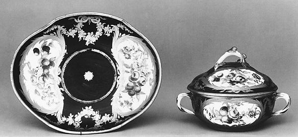 Bowl with cover and stand (Écuelle ronde tournée et plateau ovale)