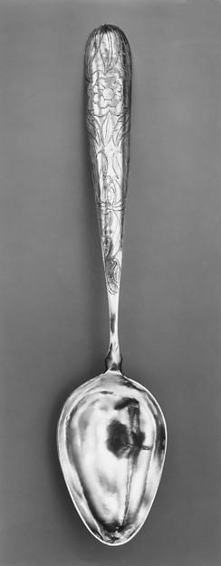 Serving spoon
